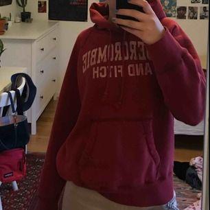 Säljer denna snygga retro Abercrombie and fitch hoodien som jag köpte på Beyond retro. Sitter sjukt snyggt på men känner att jag inte längre har nån användning av den:)) Köparen står för frakt annars så kan jag mötas upp på söder 💖