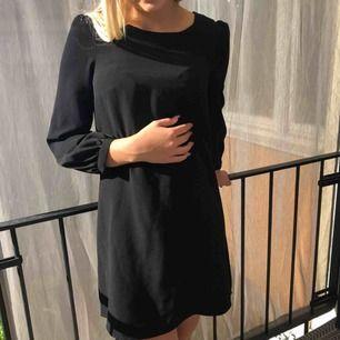 Svart klänning från Monki med detaljer på axlar och ärmar. Vid köp av flera plagg kan pris diskuteras. Möter upp i Uppsala eller så står du för frakten!