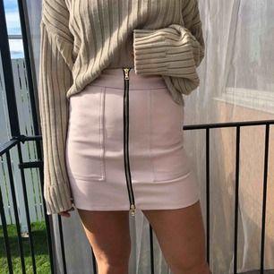 Söt kjol från river island som knappt är använd!   Vid köp av flera plagg kan pris diskuteras. Möter upp i Uppsala eller så står du för frakten!