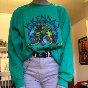 Säljer nu denna coola gröna sweatshirten som jag köpte från Beyond Retro för ett tag sedan:) knappt använd utav mig så tyckte det var lika bra att sälja den :) Köparen står för frakt eller så möts jag upp på söder💖