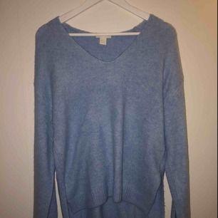 Mysig, stor och framförallt skit snygg ljus blå stickad tröja! Tröjan har en v-ringning och lite utsvängda ärmar. Köpt från h&m för ett tag sedan men den har tyvärr aldrig kommit till användning!💗 frakt tillkommer annars kan jag mötas i gävle!!