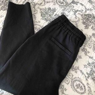 "Snygga svarta ""kostymbyxor"" i lite mjukare material!"