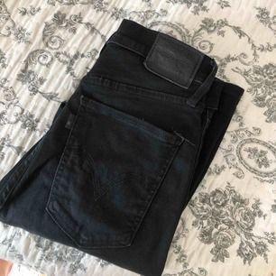 """Svarta tighta jeans från LEVIS i modellen """"MILE HIGH SUPER SKINNY"""", i fint skick då dom är sparsamt använda! Nypris: 1000kr"""