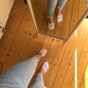Supersnygga byxor från BikBok med slitningar vid foten!