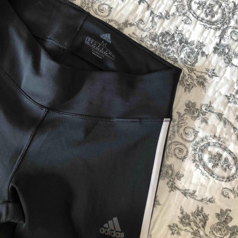Adidas tights som aldrig har kommit till användning, därav i nyskick! . Jeans & Byxor.