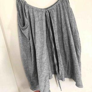 Grått linne med öppen rygg från Bik Bok i storlek S 60kr + frakt! 😊 kontakta mig vid intresse eller frågor!