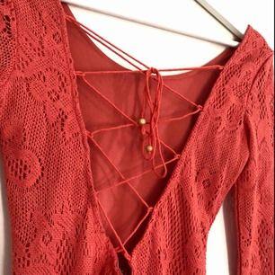 Säljer en av mina favoritklänningar då den är för liten :( Den är från Nelly.com och kostade 399 kr från början men säljer den nu för 120 kr + frakt då jag har behövt laga den vid ryggen!  kontakta mig vid intresse eller frågor 😋
