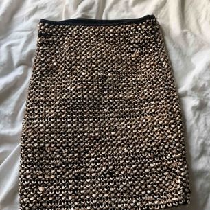 Superfin kjol från VILA i storlek XS! Den är lite sönder på några ställen så därför säljer jag den endast för 60 kr + frakt 😊 kontakta mig vid intresse eller frågor!