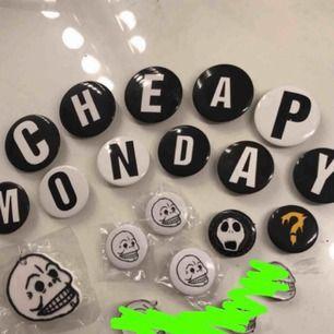 Pins, alla från cheap monday förutom den på Jack Skellington:) även en nyckelring till vänster för 5kr. Resten 3kr/st de tre längst ner åt höger är sålda!