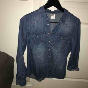 Tunn jeansskjorta från Vero Moda. Knappt använd. Ingen stretch.   Möts i Sthlm eller fraktar på köpares bekostnad