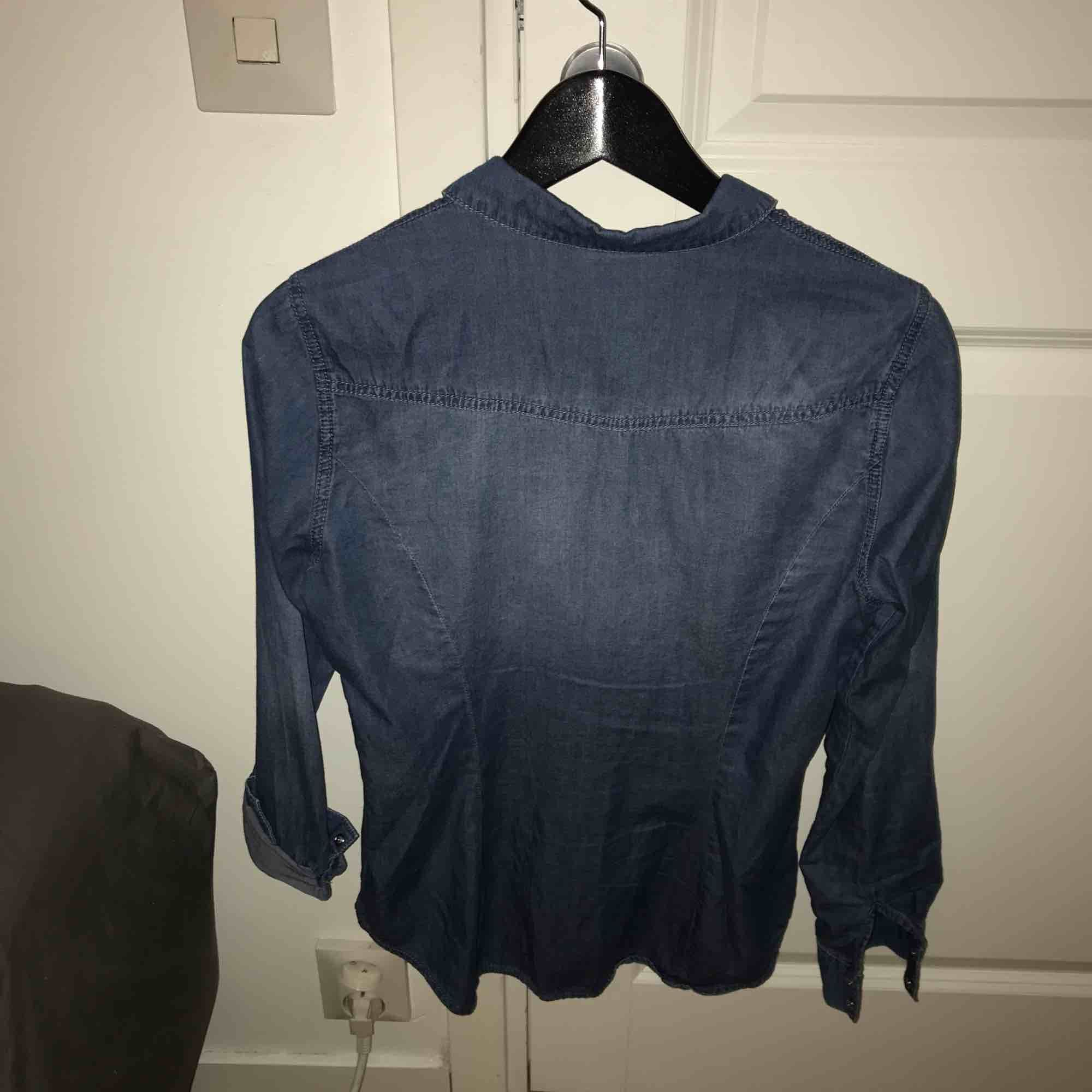 Tunn jeansskjorta från Vero Moda. Knappt använd. Ingen stretch.   Möts i Sthlm eller fraktar på köpares bekostnad . Skjortor.