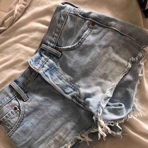 Ett par Levis shorts som är använda några gånger