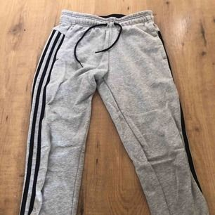 Adidas byxor sitter väldigt tajt