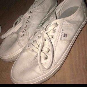 Ett par gant skor , dom är lite smutsiga men inte använda så många gånger