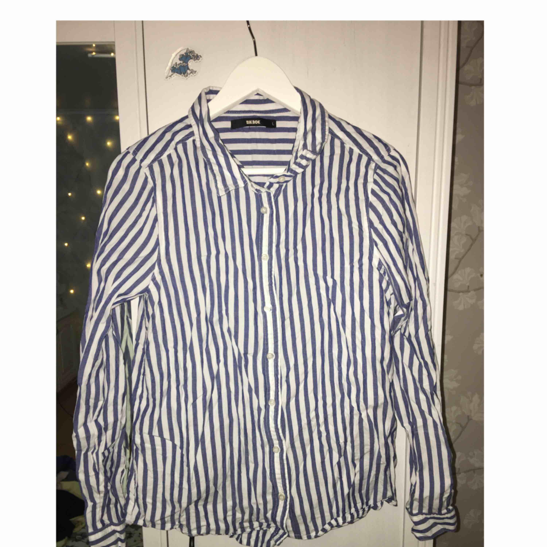 Skjorta från Bikbok. Ostruken på bild men kan stryka innan den säljes. Frakt tillkommer 👔. Skjortor.