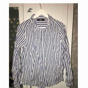 Skjorta från Bikbok. Ostruken på bild men kan stryka innan den säljes. Frakt tillkommer 👔