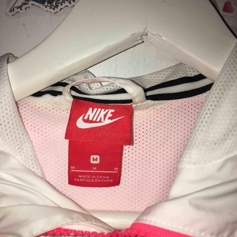 Vindjacka från Nike, använd ett fåtal gånger då det inte riktigt är min stil. Frakt tillkommer🧥. Jackor.