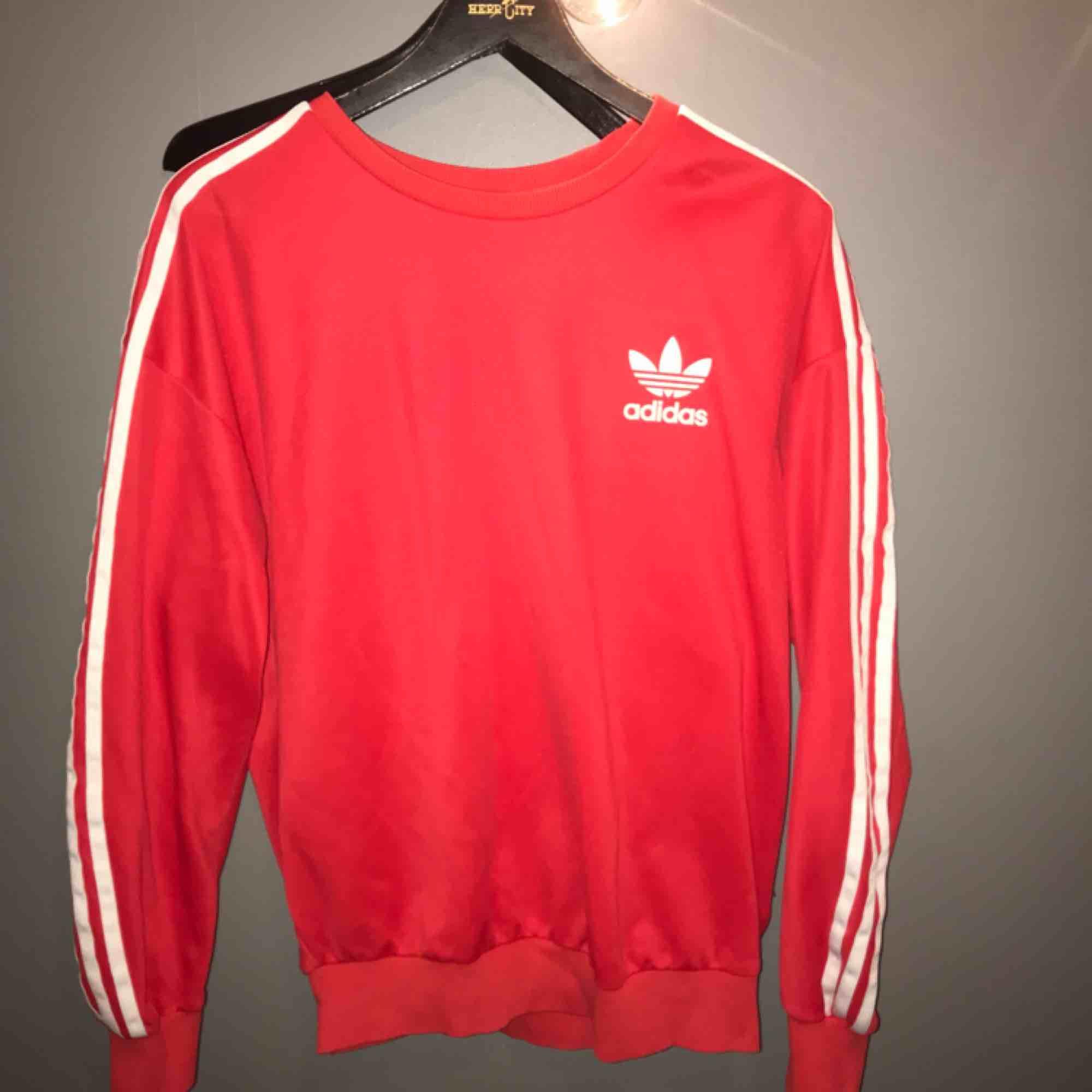 Röd sweatshirt från adidas! Köpt på adidas-affär i Paris. Köparen står för frakten! 🥰. Huvtröjor & Träningströjor.