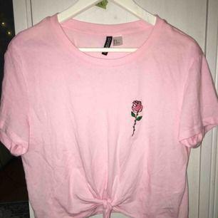 Croppad t-shirt från H&M. Frakt tillkommer