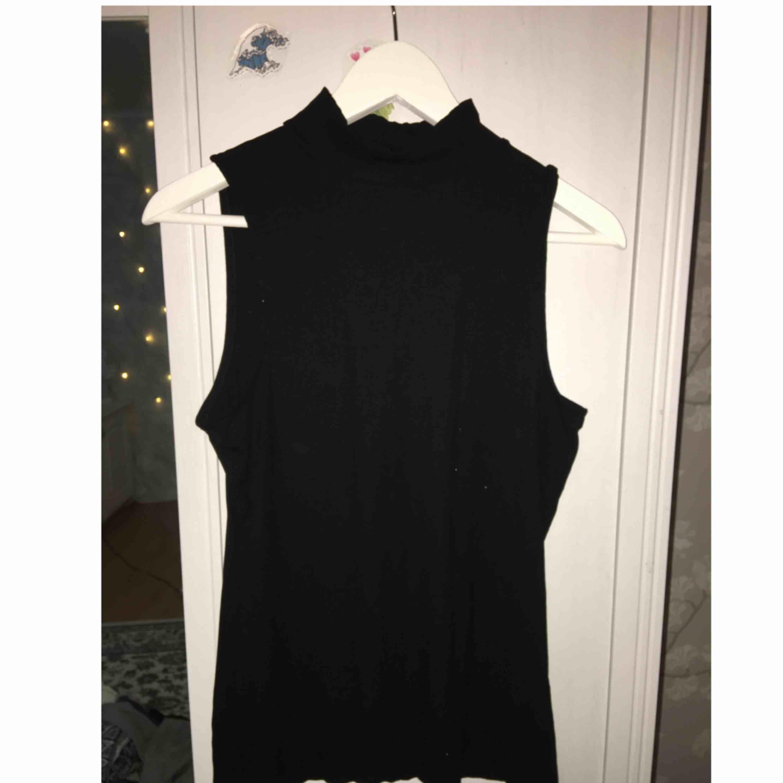 Ribbat linne från H&M med polikrage, använd ett fåtal gånger. Frakt tillkommer. Toppar.
