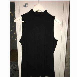 Ribbat linne från H&M med polikrage, använd ett fåtal gånger. Frakt tillkommer