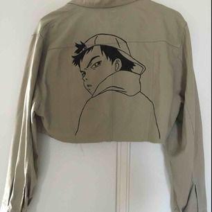 Croppad jacka som jag målat på ryggen med textilfärg ✨ inspo från anime Fooly Cooly 😁