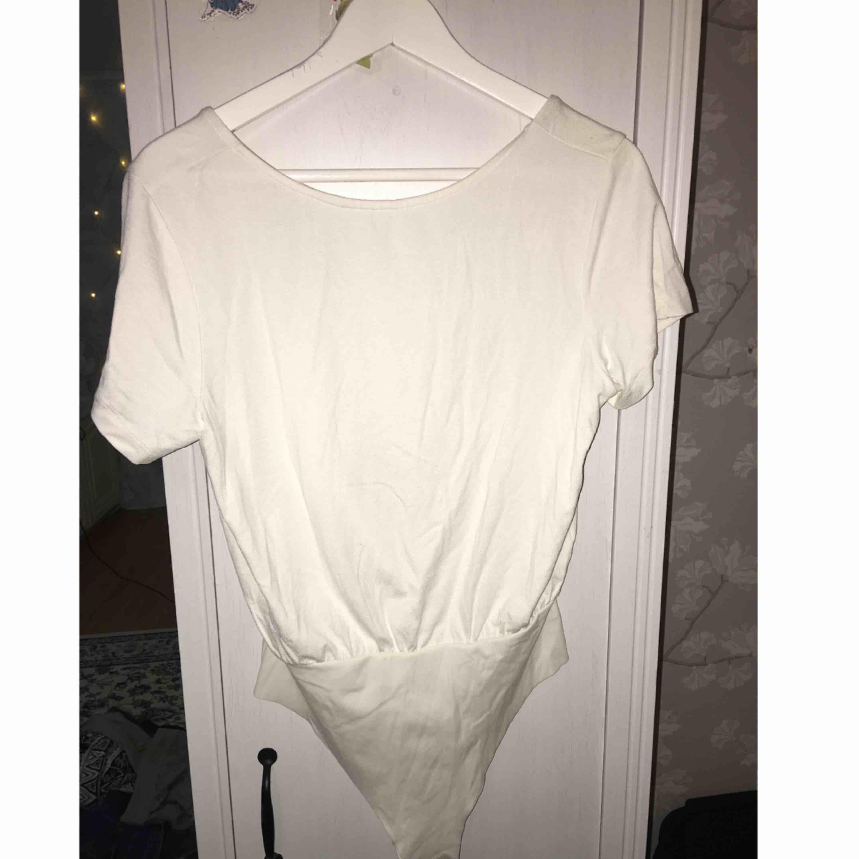 Superfin body från H&M med öppen rygg. Aldrig använd då den är lite stor för mig. Frakt tillkommer. T-shirts.