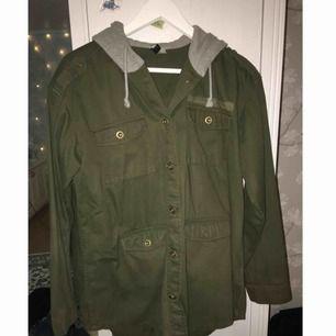 Militärgrön jacka med grå luva från h&m. Strl 42 men den är ganska liten i storleken så skulle säga M. Frakt tillkommer.