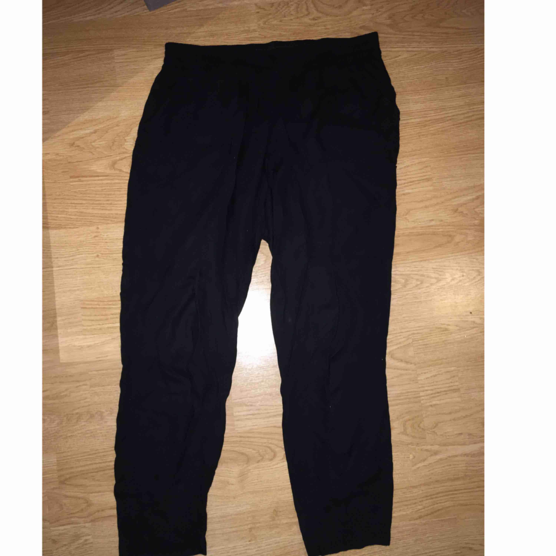 Svarta tunna byxor från h&m, lite kortare i benen, frakt tillkommer. Jeans & Byxor.