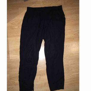 Svarta tunna byxor från h&m, lite kortare i benen, frakt tillkommer