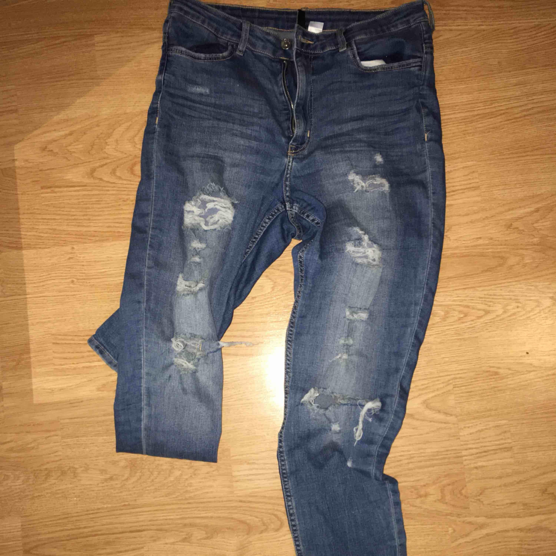 Håliga jeans från H&M, inte min stil längre, därför säljs dom. Frakt tillkommer. Jeans & Byxor.