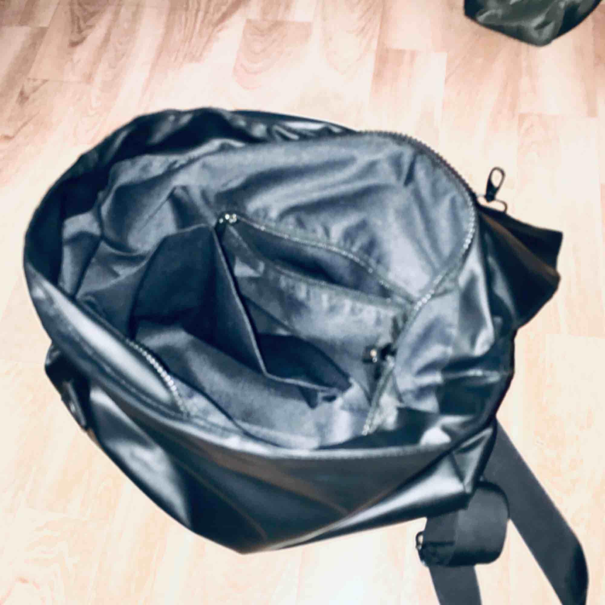 cool skinn eller galonrygga osäker på vilket 😋🥳🤪  Använder den så sällan så ofhst att ligga i min garderob om någon skulle använda den!;) Ryggbandet är lite trasigt men säkert ihopknutet med bärbandet i ryggen! . Väskor.
