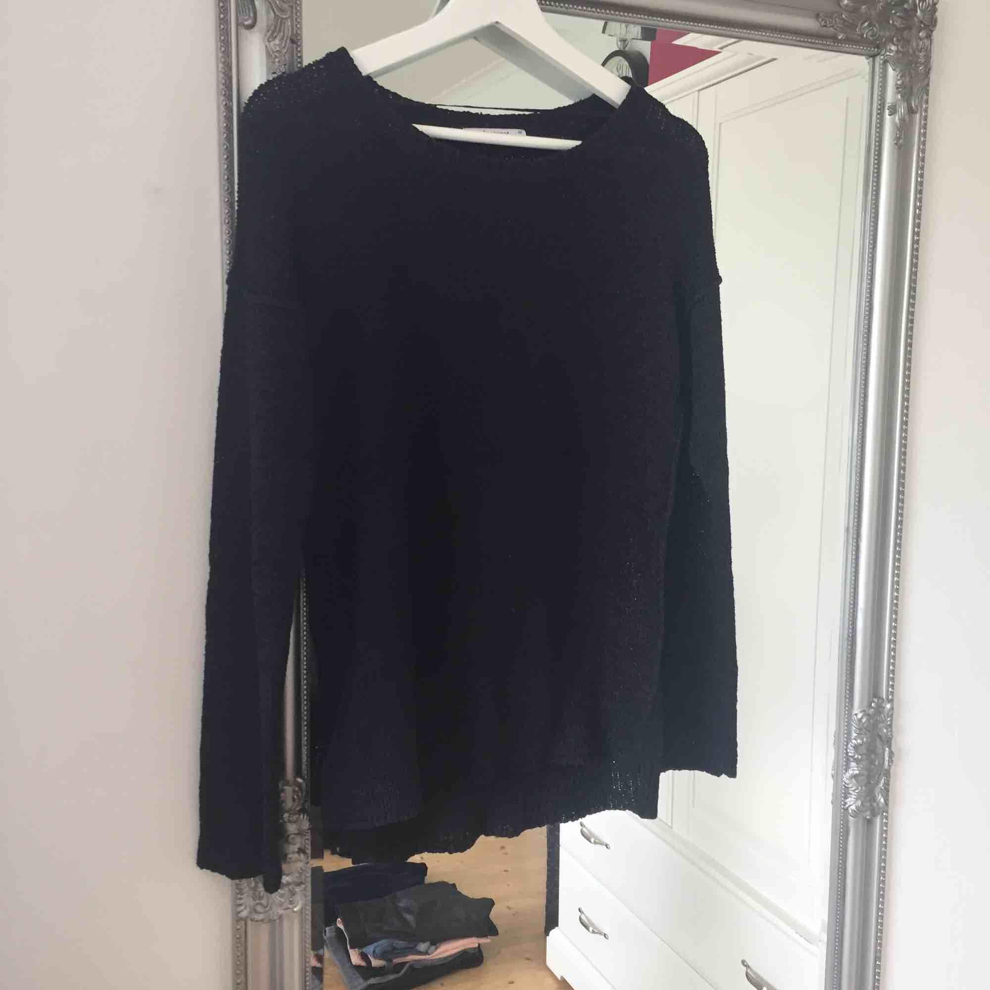 Svart stickad tröja från Gina Tricot.  Frakt tillkommer🌸. Stickat.