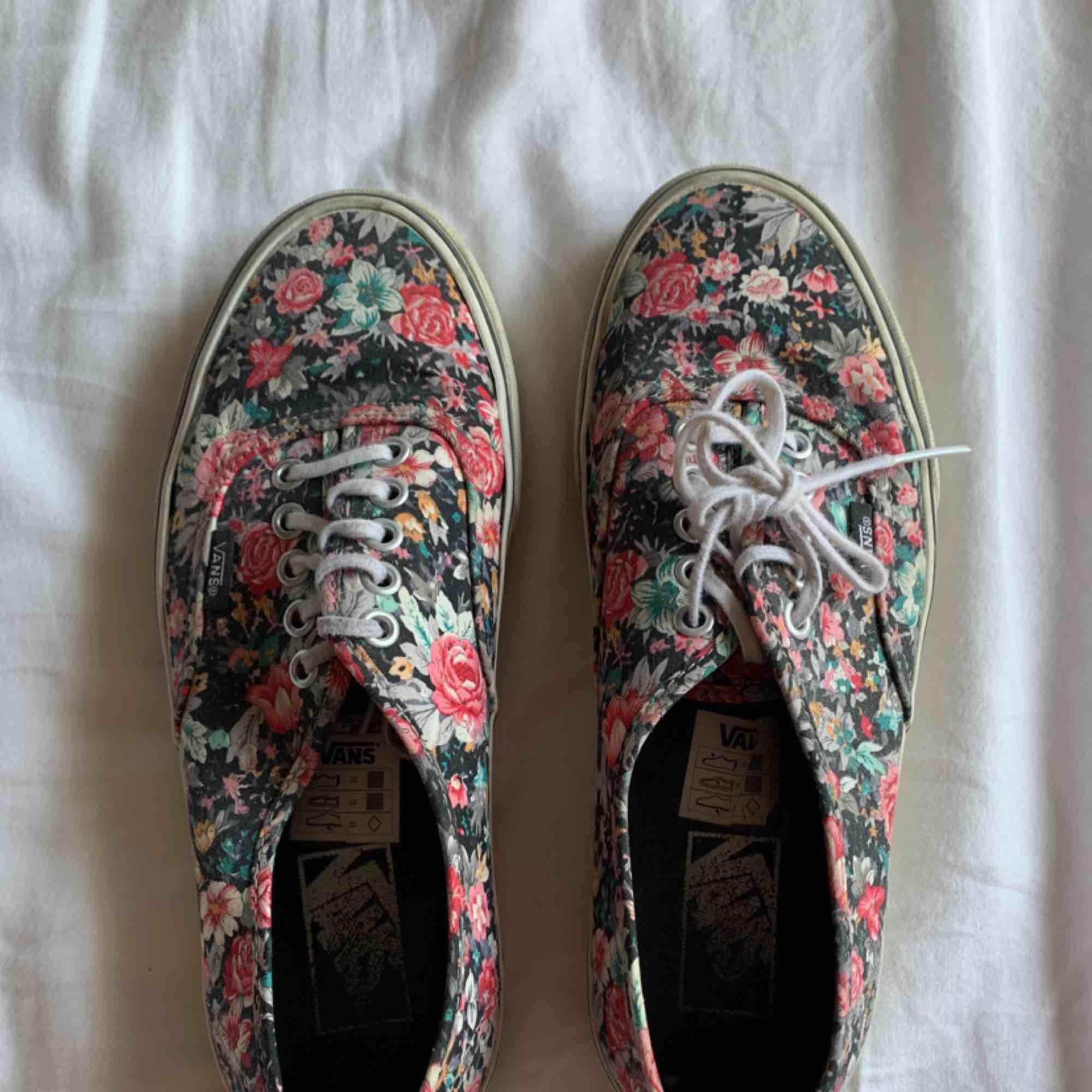 Vans skor strl 39. Väl använda men i väldigt bra skick. Går att tvätta så blir dem som nya! . Skor.