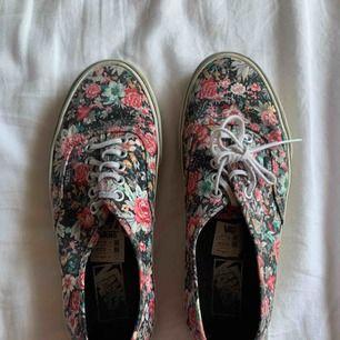 Vans skor strl 39. Väl använda men i väldigt bra skick. Går att tvätta så blir dem som nya!