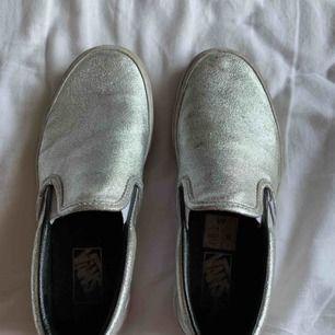 Vans skor i storlek 39. Lite smutsiga men går att tvätta bort!
