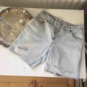 Snyggt slitna ljusa levis shorts, skulle uppskatta dem till storlek 29. Frakt tillkommer🌸