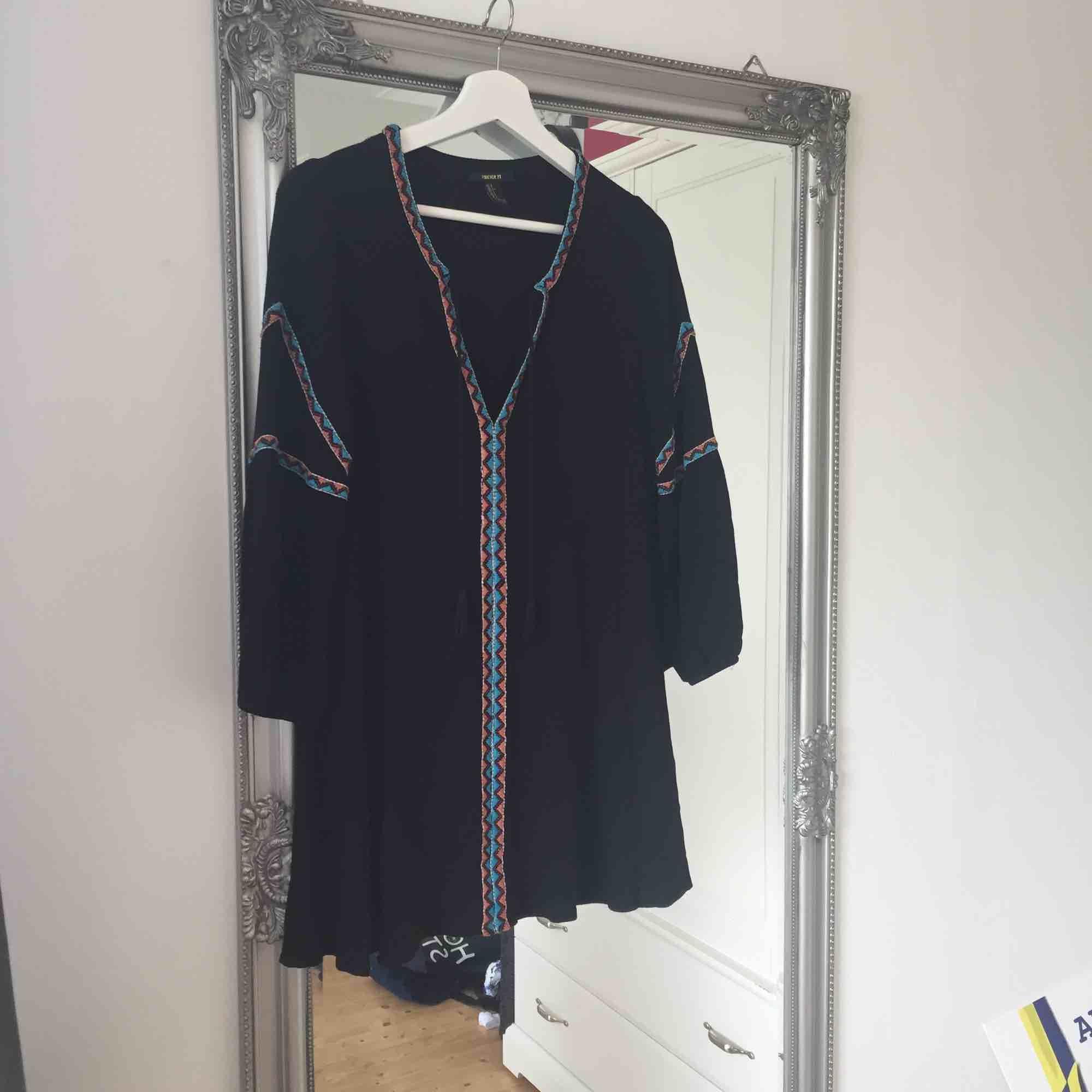 Snygg klänning från forever 21, sparsamt använd.  Frakt tillkommer🌸. Klänningar.