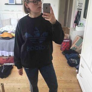 Adidaströja i användt skick! Säljer även tillkommande leggings.   Frakt tillkommer🌸