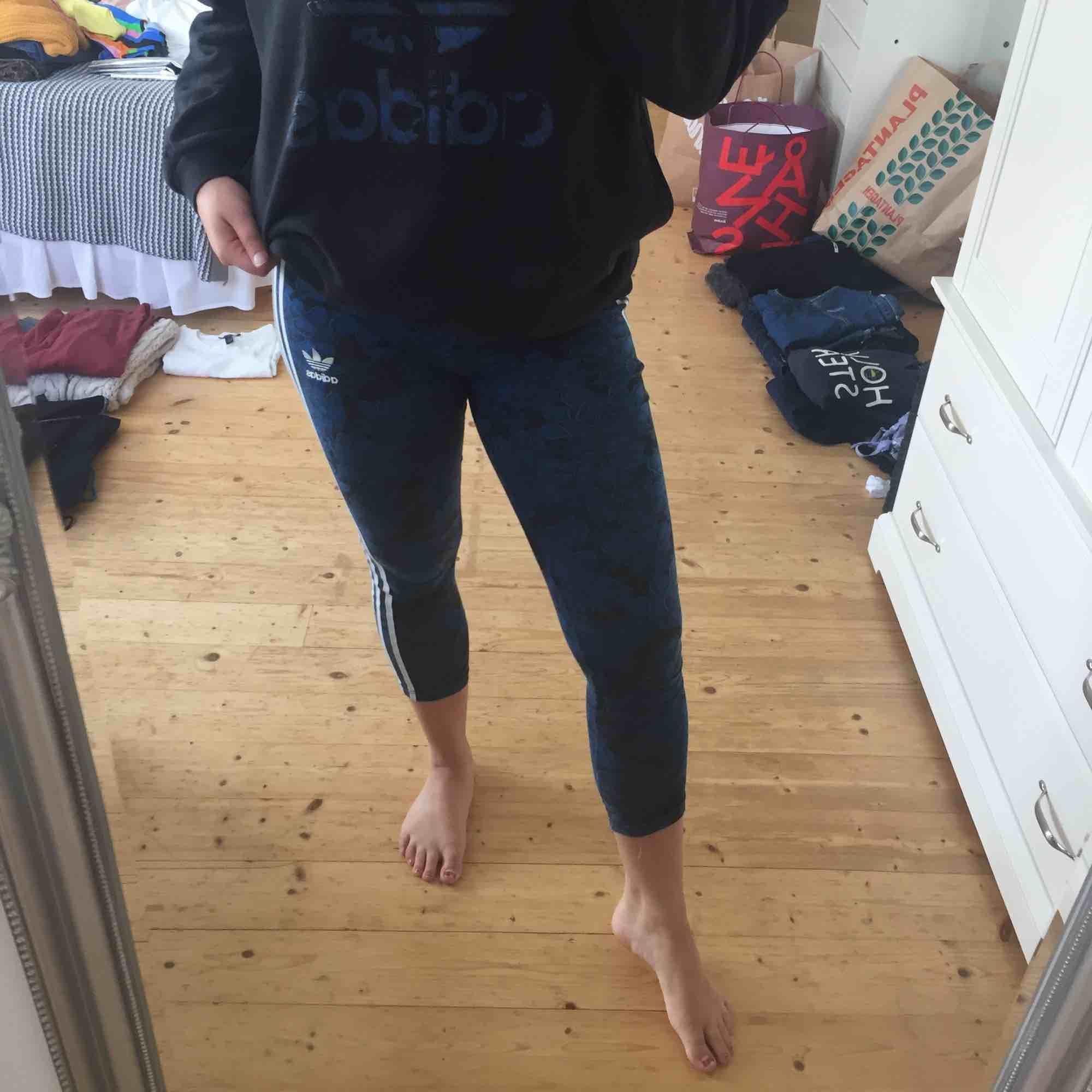 Snygga adidasleggings i använd skick. Säljer även tillkommande tröja.  Frakt tillkommer🌸. Jeans & Byxor.