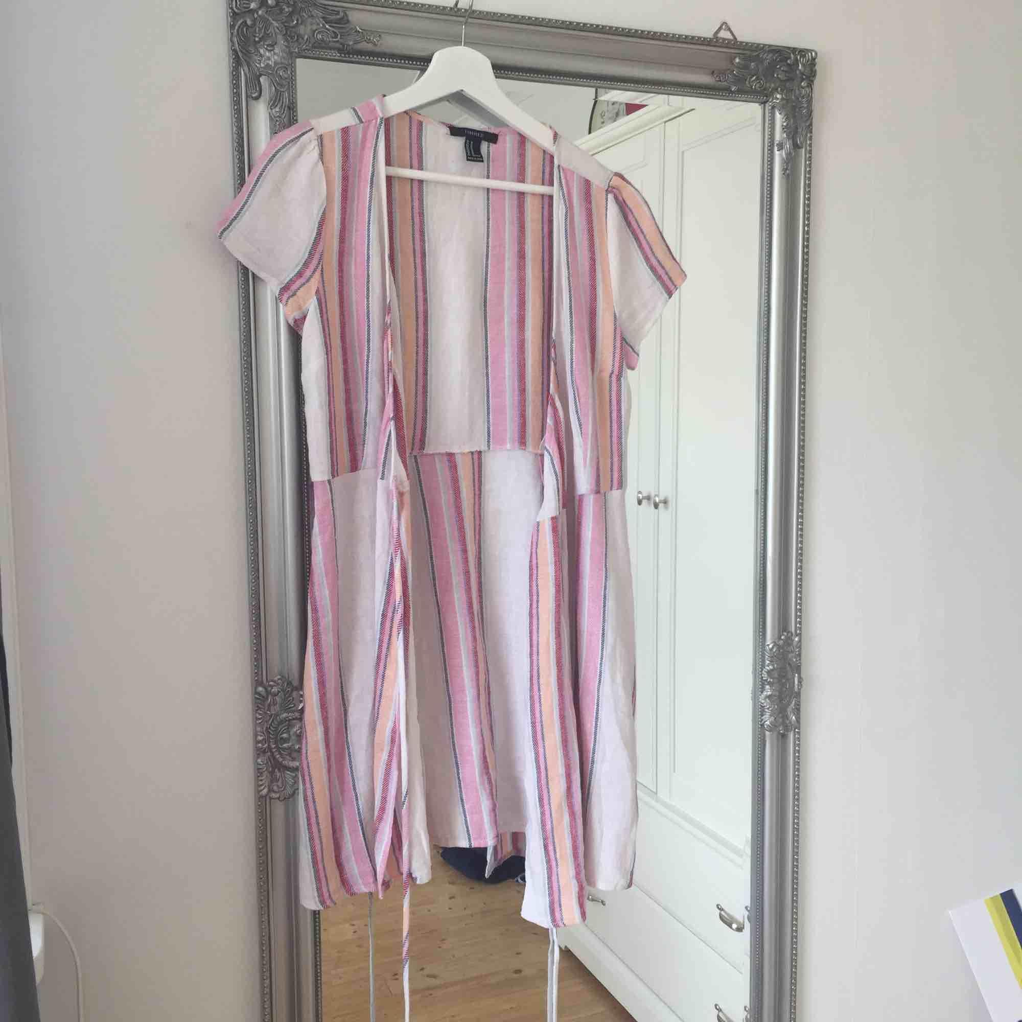 """Fin """"linne"""" klänning från forever 21 som aldrig kommit till användning.  Frakt tillkommer🌸. Klänningar."""