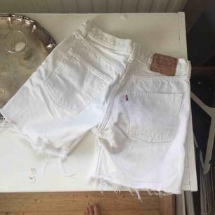 Levis shorts som är FÖR små för mig, står att det är strl 30 men skulle mer säga 27-28, 35 cm rakt över shortsen.  Frakt tillkommer🌸