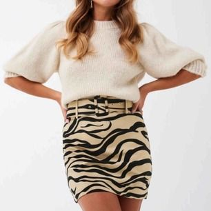 Superfin kjol i zebramönster. Helt oanvänd, bra skick o kvalité, med prislappar kvar!