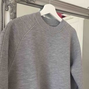 Skön tröja som använts väldigt lite.  Frakt tillkommer🌸