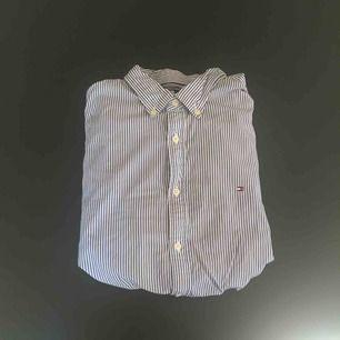 Blåvit-randig Tommy Hilfiger skjorta i storlek XL, new york fit.