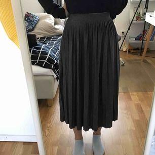 Plisserad lång kjol från pull&bear. Möts upp i stockholm, priset kan diskuteras
