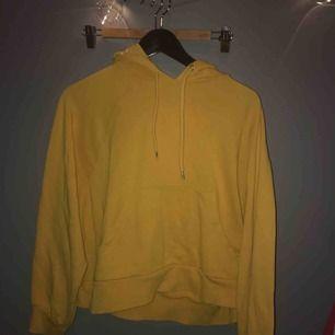Gul hoodie från monki! Köparen står för frakt