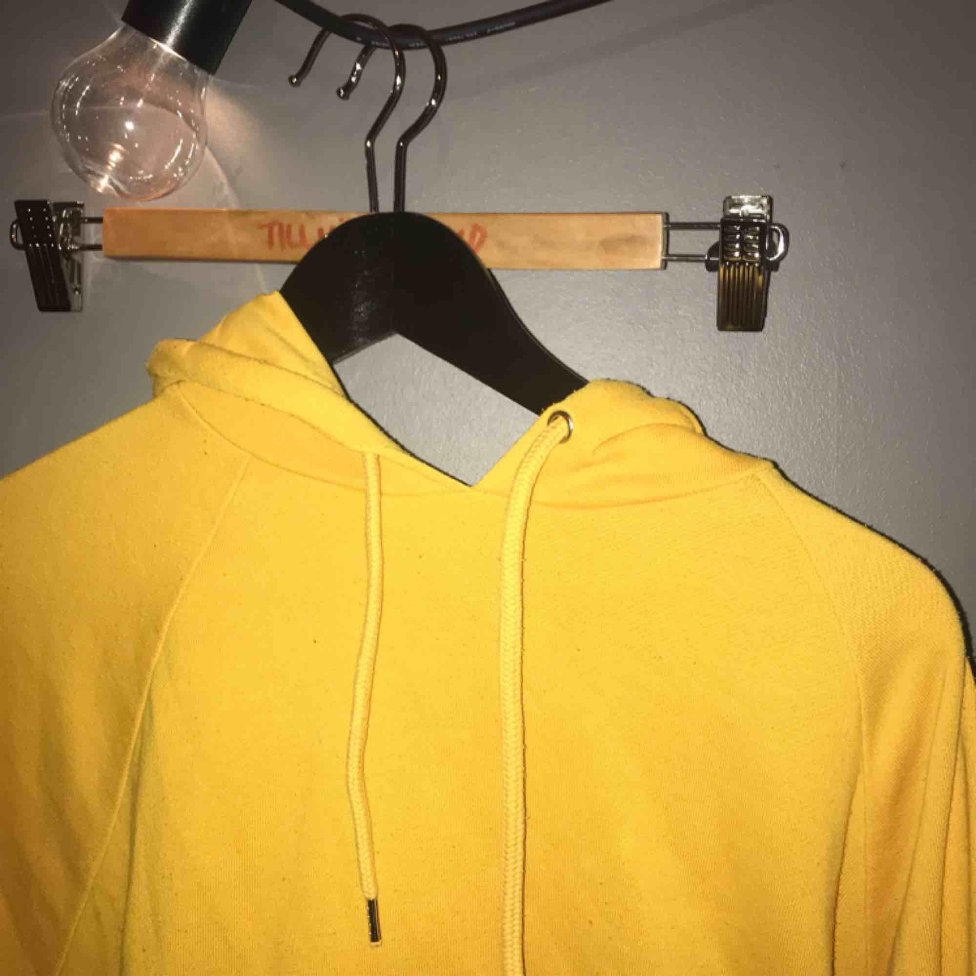 Gul hoodie från monki! Köparen står för frakt . Huvtröjor & Träningströjor.