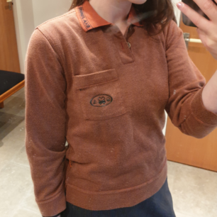 Brun / orange tröja. Barnstorlek 10 (10 år?). På kragen står det oxa junior