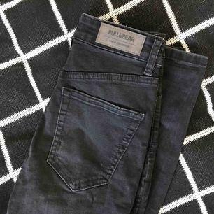Svarta jeans med hög midja. möts upp i stockholm, priset kan diskuteras